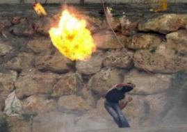 شاب يقطع السياج الفاصل في رام الله ويشعل به النار قبل اعتقاله (فيديو)