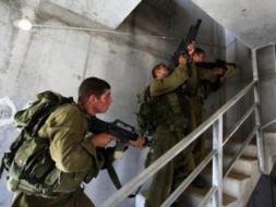الاحتلال يعتقل (10) مواطنين وتداهم منازل بالضفة