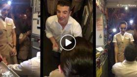 """طلب يد حبيبته مضيفة طيران """"الإمارات"""" خلال عملها.. فيديو رومانسي للغاية"""