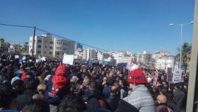 آلاف الموظفين والعمال يعتصمون أمام مقر مؤسسة الضمان مطالبين بإسقاطه