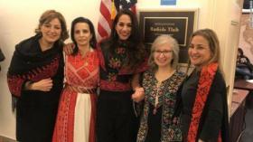 النساء يرتدين الثوب الفلسطيني تكريماً لرشيدة طليب وهي تؤدي اليمين الدستورية في الكونغرس