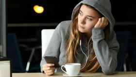 تحذير.. وسائل التواصل تصيب المراهقات بالاكتئاب