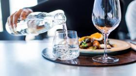 هل شرب الماء أثناء الطعام يسبب الكرش؟