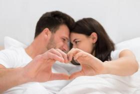 بينها الصدق في المشاعر.. 4 طرق لتكوني ملهمة زوجك
