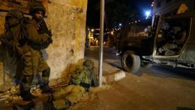 جيش الاحتلال يعتقل شابا من الخليل ويعتدي على عائلة في سلفيت