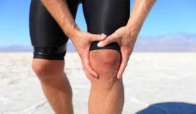 تعاني من طقطقة الركبة؟.. إليك أسبابها وطرق علاجها