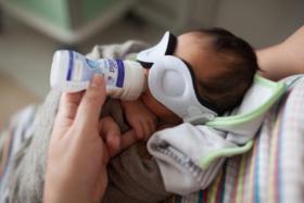 نفاذ الحليب العلاجي يهدد أطفال غزة