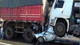 فيديو صادم.. نجا من الموت بعدما سُحقت سيارته بين شاحنتين!