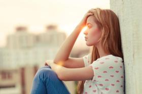 كيف أنسى شخص لم أرى منه غير الحزن والألم؟