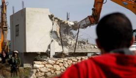 القدس.. الاحتلال يهدم بناية قيد الإنشاء ويجبر عائلة على هدم منزلها في صور باهر