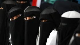 فتيات بالكويت يتحرشن برجل أمام زوجته