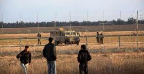 فلسطينيون يهاجمون قوات الاحتلال بالحجارة على حدود غزة