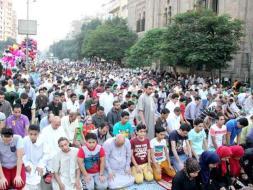 شاهد فتاة تثير غضبًا في مصر بمقطع فيديو خلال صلاة العيد