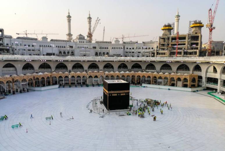 بموافقة الملك.. السعودية تسمح بإقامة صلاة العيد في الحرمين غدا دون مصلين