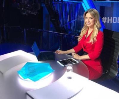 شاهد اليوم.. مذيعة رياضية روسية تتلقى عرض الزواج من زميلها على الهواء مباشرة