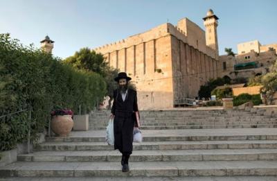 """الخليل.. مستوطنون يضعون """"شمعدانا"""" على سطح الحرم الابراهيمي"""