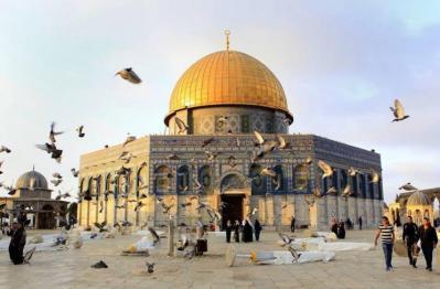 المئات يؤدون صلاة الفجر في ساحات المسجد الأقصى رغم قيود قوات الاحتلال