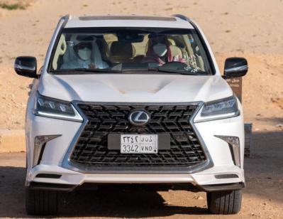 """ماهي السيارة التي جالت بـ """"محمد بن سلمان"""" وضيفه أمير قطر على رمال العلا؟"""