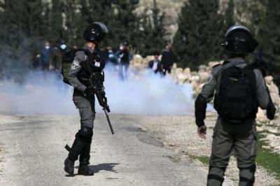 أطلقوا عليه النار من مسافة صفر.. الاحتلال يصيب شاب بجروح خطيرة