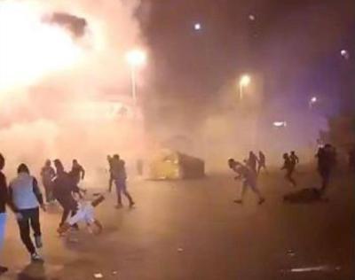 """شاهد.. طرابلس تتحول لـ""""ساحة حرب"""" ومواجهات مع الأمن اللبناني"""