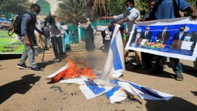 محتجون سودانيون يحرقون علم إسرائيل