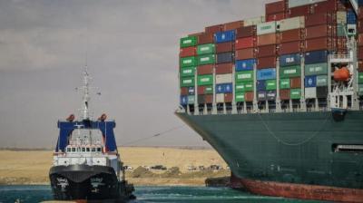 بالفيديو.. بدء تحريك السفينة الجانحة في قناة السويس