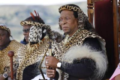 """وفاة ملك شعب """"الزولو"""" المثير للجدل"""