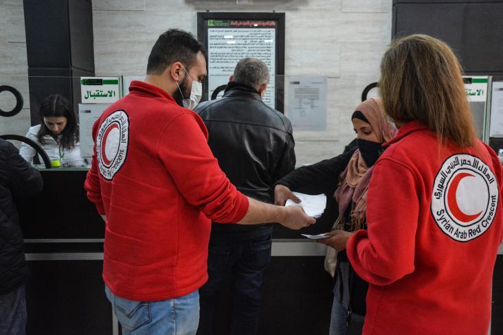 الهلال الأحمر يُباشر بتوزيع مساعدات مالية طارئة على اللاجئين السوريين
