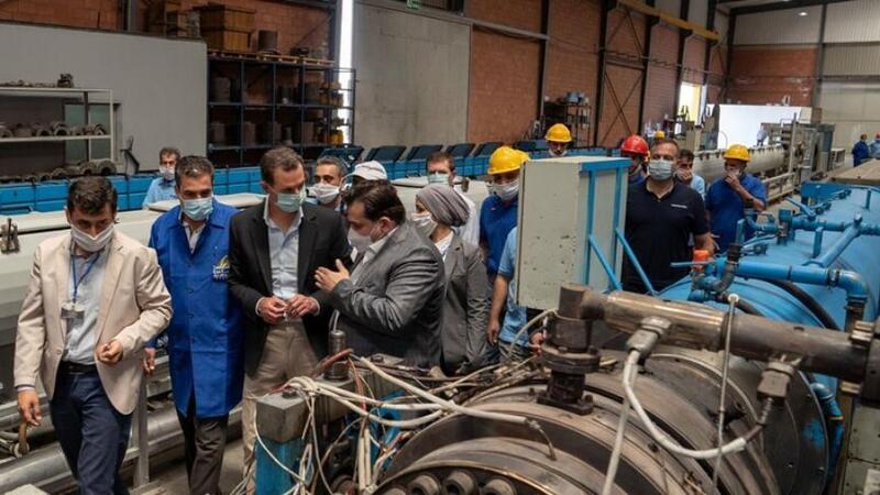 بشار الأسد خلال زيارته مدينة حسياء الصناعية :