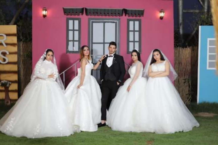 شاهد - مصري يثير الجدل لزواجه من 4 فتيات في ليلة واحدة