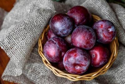 فوائد البرقوق الأحمر والأسود لصحة الجسم