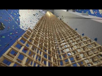 شاهد| فرنسي يحطم الرقم القياسي في بناء برج من الخشب