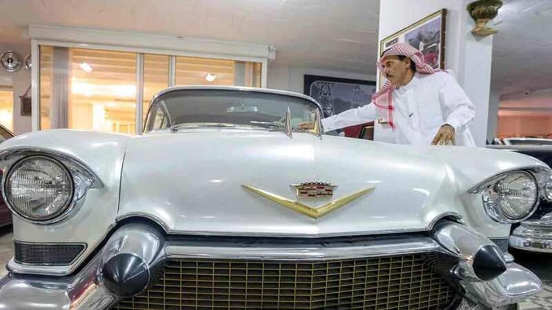 سعودي عاشق للسيارات القديمة يقتني 53 مركبة نادرة