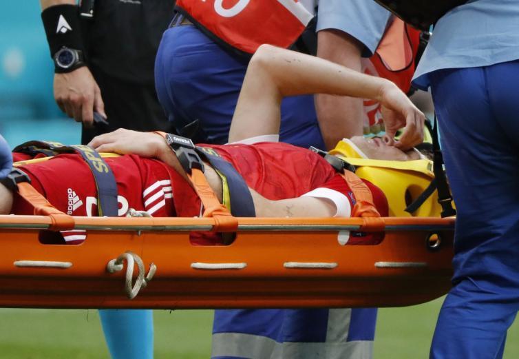 إصابة خطيرة جديدة في يورو 2020 بالعمود الفقري للاعب روسيا (شاهد)