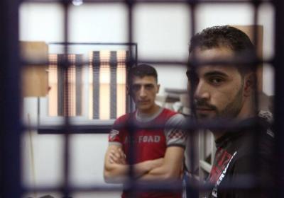 منع الزيارات يتسبب بنقص حاد بملابس الأسرى ومطالبة الصليب الأحمر بالتدخل