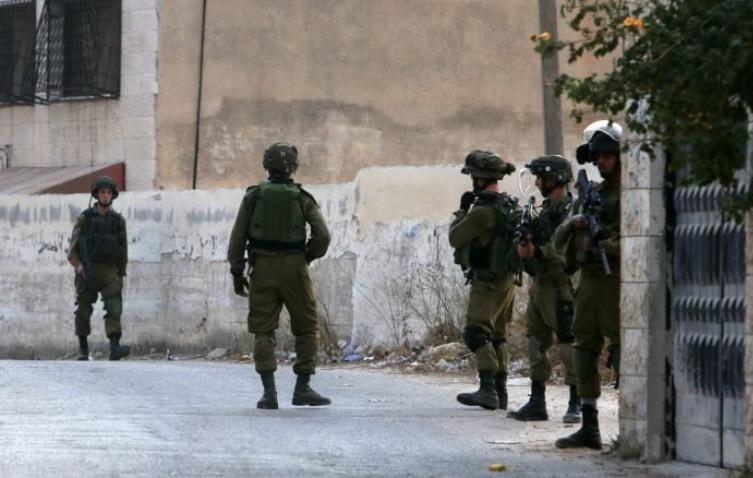 الاحتلال يعتقل 4 مواطنين من الخليل وبيت لحم وتشن حملة مداهمات