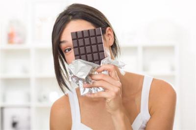 ما الطريقة الصحيحة لتناول الشوكولاتة؟.. باحثون يحسمون الجدل