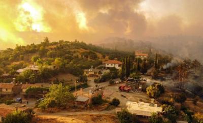 شاهد.. فراشه تهرب من حرائق تركيا لتشرب الماء من يد رجل إطفاء