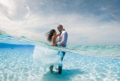 بالصور.. سعودي وزوجته يحتفلان بزفافهما تحت الماء في جزر المالديف