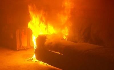 شاهد.. رجل ينقذ نفسه من حريق بطريقة عجيبة