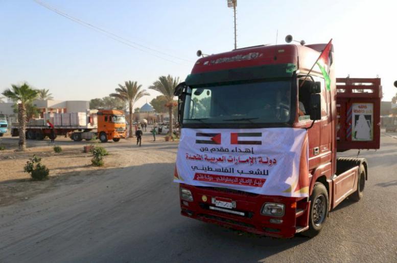 عشرات الشاحنات المحملة بالمستلزمات الطبية المخصصة لإقامة مستشفى ميداني