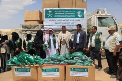 """بتمويل مركز الملك سلمان للإغاثة.. """"بناء الخيرية"""" تدشن مشروع توزيع الملابس في مارب"""