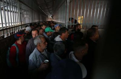 صحيفة عبرية تكشف عن الهدف من زيادة إسرائيل تصاريح تجار غزة