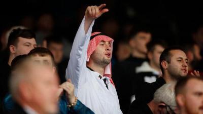 نيوكاسل الإنجليزي يمنح جماهيره حرية ارتداء الزي العربي (صورة)