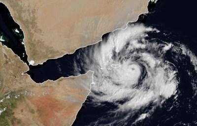 """""""إعصار شاهين"""" على حافة سواحل عُمان.. ومطالب للسكان بترك منازلهم"""