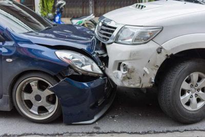 فيديو يوثق حادث سير متعمد.. قائد سيارة يصطدم بأخرى ويفر هاربًا