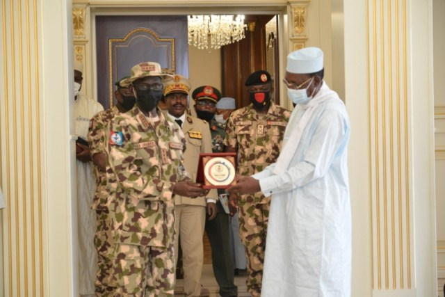 Tchad : le chef de l'armée nigériane s'est entretenu avec le président.© PR