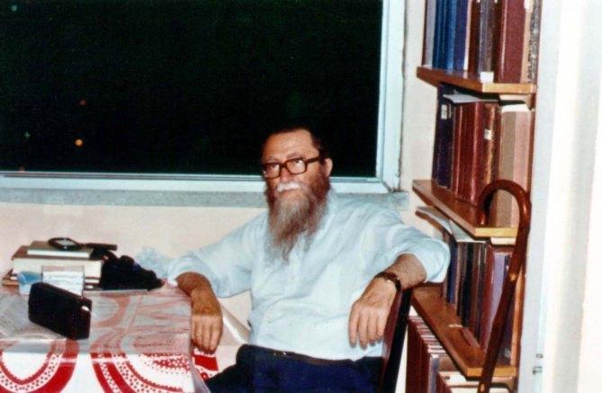 """סבי, הרב ישראל ברונפמן ז""""ל, ליד אחת מהארוניות בספרייתו בביתו, בגבעת-מרדכי שבירושלים"""