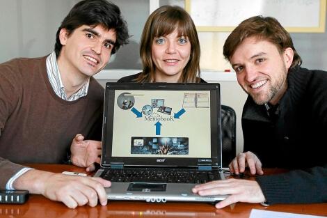 Íñigo Álvarez, Sara Aguado y Luis Gómez muestran una imagen del proyecto. | J. M. Lostau