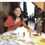 """""""Estoy contenta porque tengo tanto amor alrededor"""", dice María Elena. Está aprendiendo a hacer artesanías con vecinas, y su marido e hijos son un estímulo constante. """"Esta enfermedad me ha permitido estar más cerca de mis hijos"""", reflexiona. CHRISTIAN ZÚÑIGA"""